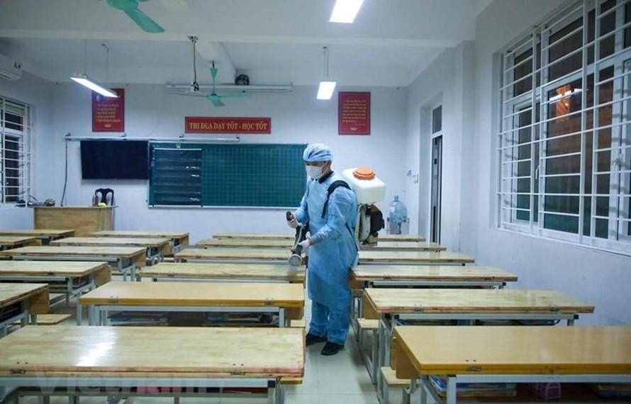 Phun khử khuẩn phòng chống dịch COVID-19 trong trường học. Ảnh: TTXVN