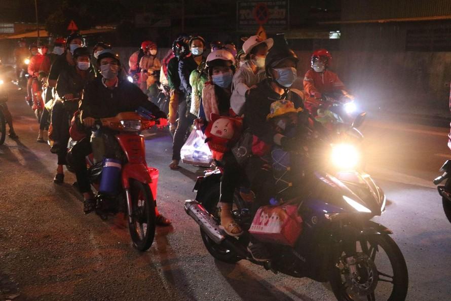 Trên tuyến Quốc lộ 1 đoạn qua địa phận tỉnh Long An, hàng ngàn người dân ở các tỉnh miền Tây Nam bộ trở về quê trong đêm. Ảnh: Bùi Giang/TTXVN