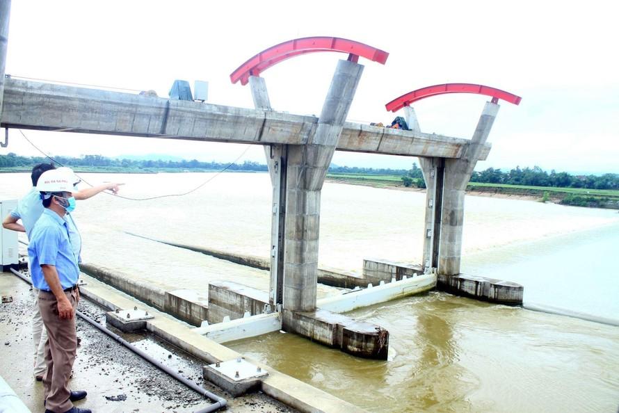 Đập Bara Đô Lương (Nghệ An) là công trình đầu mối của hệ thống thủy lợi Bắc Nghệ An đang trong quá trình nâng cấp đã tạm dừng thi công và chuẩn bị nguyên vật liệu để sẵn sàng xử lý các sự cố khi mùa mưa lũ đến. Ảnh: Tá Chuyên/TTXVN