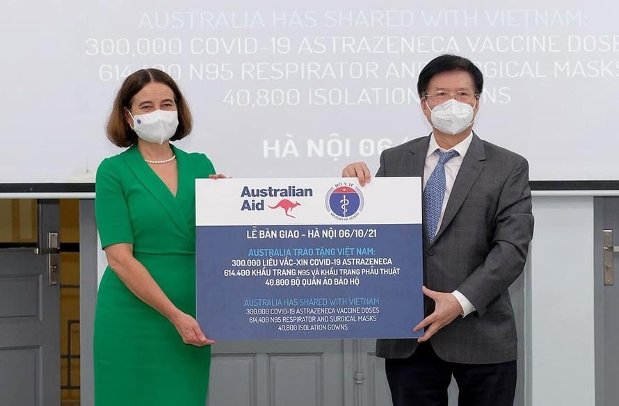 300.000 liều vaccine AstraZeneca và trang thiết bị bảo hộ do Chính phủ Australia hỗ trợ đợt này sẽ được Bộ Y tế chuyển đến các cơ sở y tế, các địa phương để phục vụ phòng chống dịch. Ảnh: BYT