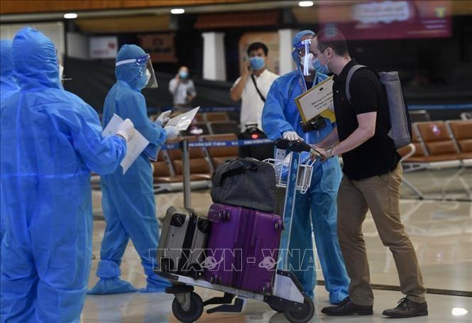 Đảm bảo an toàn phòng dịch tại sân bay Nội Bài. Ảnh: TTXVN.