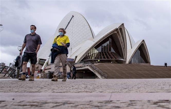 Người dân đi bộ tại khu vực Nhà hát Opera ở thành phố Sydney, Australia ngày 11/10/2021. Ảnh: THX/TTXVN