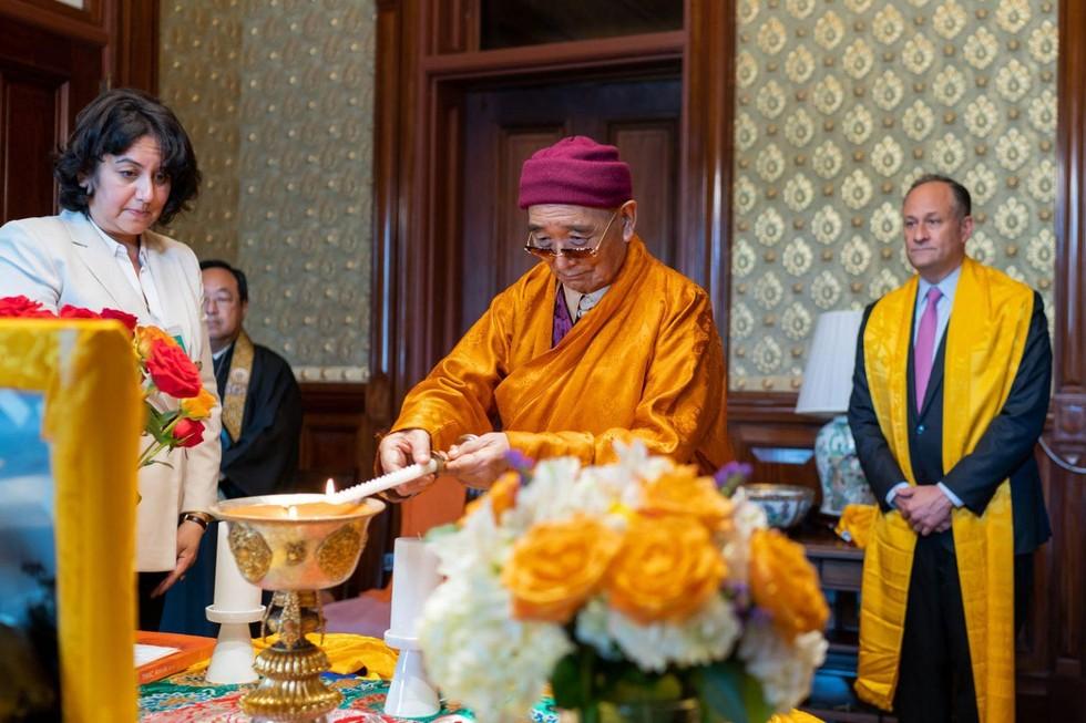 (Từ trái sang phải) Bà Wangmo Dixey, Giáo thọ sư Marvin Harada, Hòa thượng Tarthang Tulku Rinpoche và Đệ nhị Phu quân của Phó Tổng Thống Hoa Kỳ Douglas Emhoff. (Ảnh: Cameron Smith)